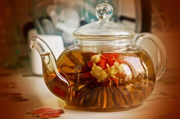 Прозрачный чайник с чаем из трав
