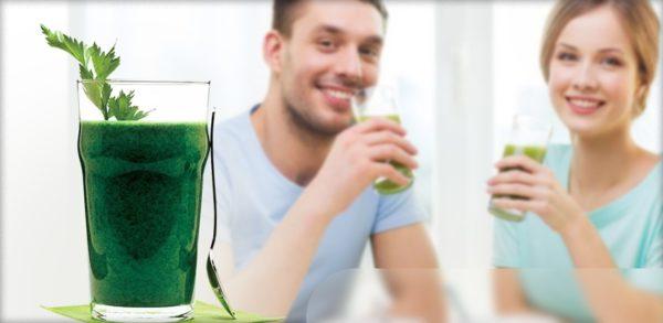 Люди и стакан с коктейлем из спирулины