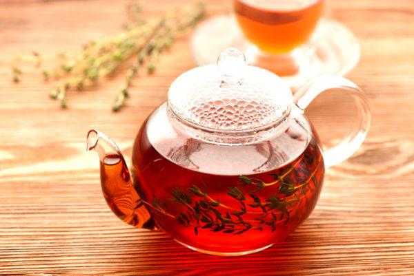 Стеклянный чайник с чаем