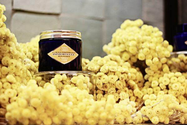 Баночка с маслом и цветы цмина