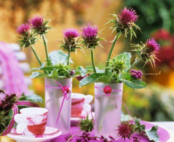 Цветы татарника в вазочках