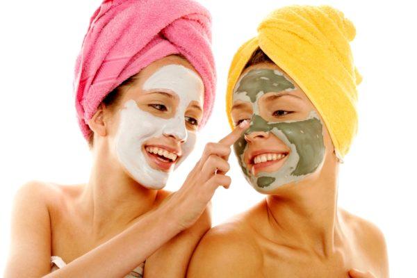 Две девушки с масками из глины