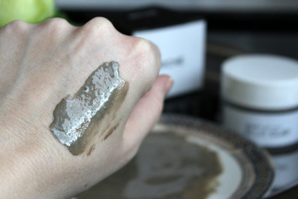 Голубая глина на руке