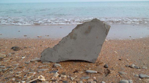 Кусок глины на берегу