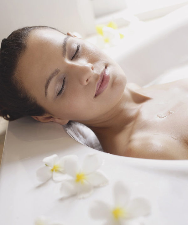 Расслабленная девушка в ванне
