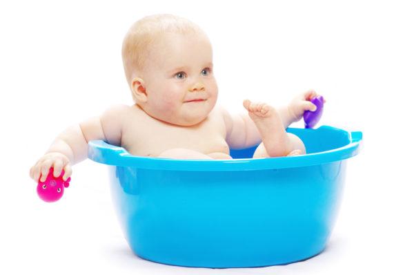 Малыш купается в тазике