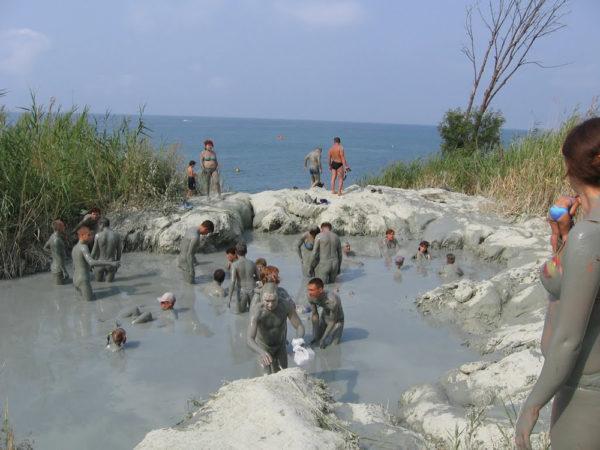 Люди принимают глиняные ванны