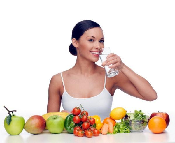Девушка с фруктами и стаканом воды в руке