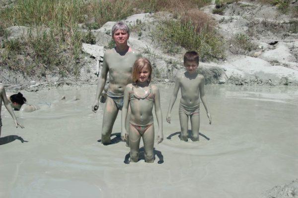 Семейство принимает глиняные ванны