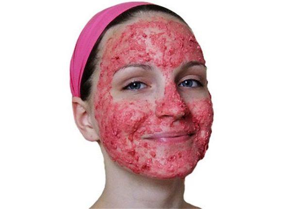 Маска из брусники на лице девушки