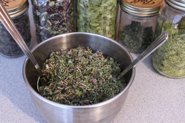 Сушеница и другие травы в банках и чаше