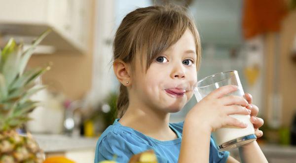 Девочка пьёт кисель