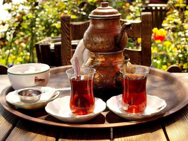 Чайник, два бокала с чаем, сахарница
