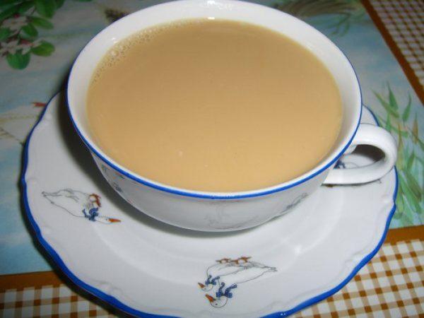 Молочный отвар почек в чашке