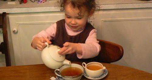 Девочка разливает чай