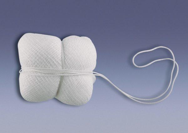 Тампон из марлевой ткани, обмотанный нитью
