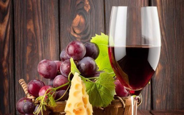Виноград и бокал красного вина