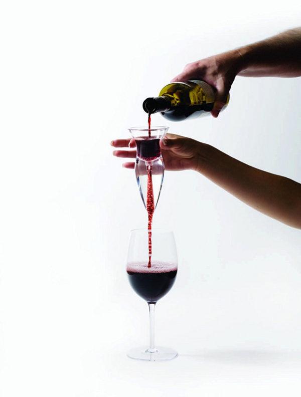 Вино льётся в бокал