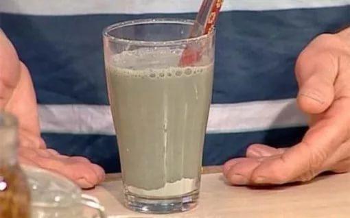 Напиток с глиной в стакане