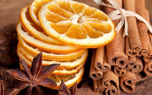 Сушёные кружочки мандаринов и палочки корицы, перевязанные ленточкой