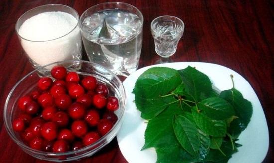 Вишня и листочки, стаканы с водкой и сахаром на столе