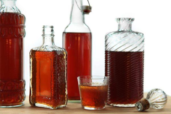 Настойки в бутылках и стакане