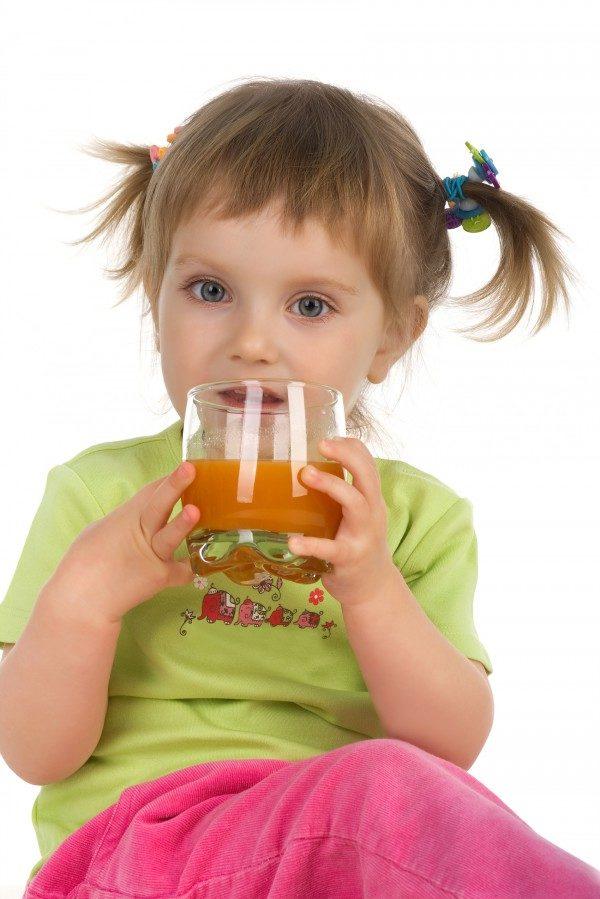 Ребёнок пьёт сок