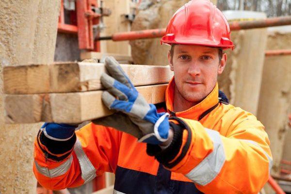 Рабочий на строительном объекте
