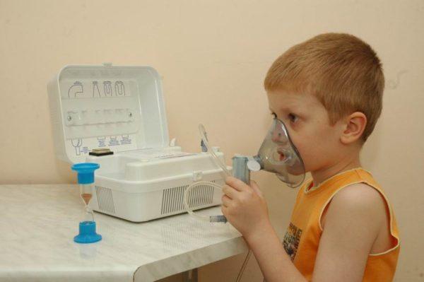 Ребёнку делают ингаляцию с помощью небулайзера
