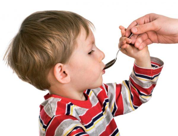 Ребёнок пьёт лекарство из ложки