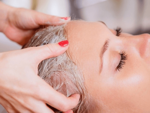 Нанесение маски женщине на волосы
