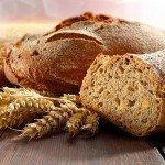Свежий хлеб и колоски пшеницы