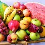 Ягоды и фрукты на подносе